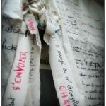 installation de textes écrits sur papier