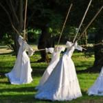 Robes de mariée sur structures en bambou, créées pour le spectacle Le Territoire de Utopies (2007). Réutilsées dans le décor du court métrage La Robe.